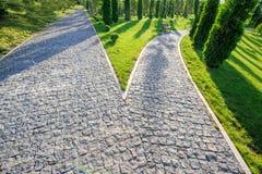 Perspektivenansicht der Entscheidung mit zwei Kopfsteinstraßen Lizenzfreie Stockbilder