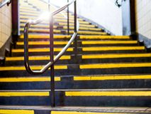 Perspektivenansicht der gelben Treppe mit silbernem Metallhandlauf lizenzfreies stockfoto