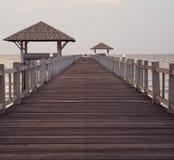 Perspektivenansicht der Holzbrücke verlängernd in das Meer stockfoto