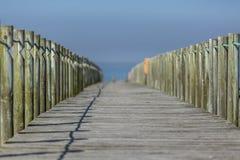 Perspektivenansicht des hölzernen Wanderwegs, in Richtung zum Ozean, nahe bei dem Strand, Portugal lizenzfreie stockbilder
