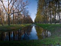 Perspektivenansicht des Parks des Kanals im Frühjahr lizenzfreie stockbilder