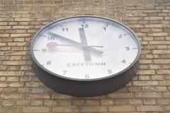 Perspektivenansicht einer großen weißen Uhr, welche die Zeit in Kapstadt zeigt Lizenzfreie Stockbilder