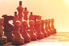 Perspektivenansicht weißen hölzernen Schachfiguren in einem Anfang setzen voraus lizenzfreie stockfotografie