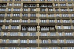 Perspektivenansicht zu den symmetrischen Fenstern des Fertighauses Stockfotografie