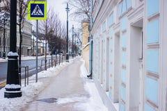 Perspektivenbahn und -straße im Schnee zwischen Gebäude in Moskau Lizenzfreies Stockbild