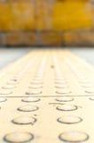 Perspektivenhintergrund: schließen Sie oben an der Tastpflasterung für blindes ha Stockbilder