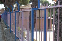 Perspektiventrieb von bunten Metallstangen von Schulen lizenzfreie stockfotos