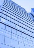 Perspektivenweitwinkelansicht zum blauen Glasgebäudewolkenkratzer Stockbild