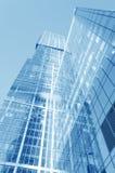 Perspektivenweitwinkelansicht zum blauen Glasgebäudewolkenkratzer Stockbilder