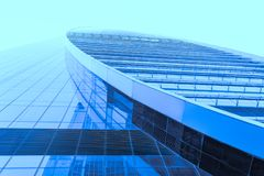 Perspektivenweitwinkelansicht zum blauen Glasgebäudewolkenkratzer Lizenzfreie Stockbilder