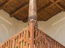 Perspektivet av trä med traditionellt trä sned prydnaden royaltyfri fotografi