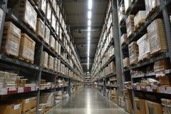 Perspektivet och djup av fältet av den stora hangaren warehouse industriella och logistikföretag Royaltyfri Fotografi