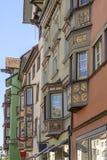 Perspektivische Verkürzung von alten verzierten Erkerfenstern, Rottweil, Deutschland Stockfotos