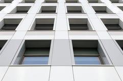 Perspektivsikt av den moderna gråa byggnadsfasaden med fönster Arkitektonisk modell Arkivfoton