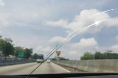 Perspektivsikt av den spruckna bilvindrutan eller vindrutan medan D Arkivbilder