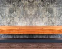Perspektivsikt av den tom brun trähyllan eller stol med abstrakt Grunge Gray Concrete Wall Background Texture som används som tap Arkivbilder