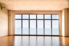 Perspektivsikt av den tomma studion som är upplyst med ljus från seger Royaltyfri Foto