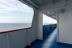 Perspektivsikt av det utomhus- ståldäcket på ett kryssningskepp med havet och horisonten i bakgrunden Royaltyfri Bild