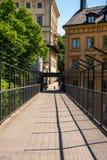 Perspektivsikt av en fot- passage med stålstaketet Arkivfoto