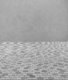 Perspektivsikt av entoniga Gray Brick Stone Street Road Trottoar med abstrakta Gray Wall Royaltyfri Foto