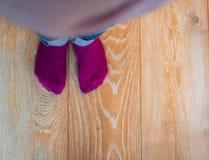 Perspektivsikt av fot för unge` ett s med purpurfärgade sockor fotografering för bildbyråer