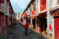 Perspektivsikt av gatan av lycka Rua da Felicidade som flankeras av hus för traditionell kines Arkivbilder