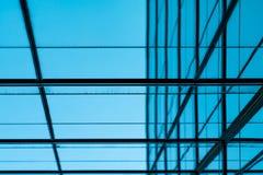 Perspektivsikt av modernt futuristiskt exponeringsglas som bygger abstrakt bakgrund Yttersida av arkitektur för kontorsexponering royaltyfri foto