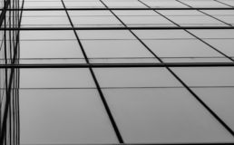 Perspektivsikt av modernt futuristiskt exponeringsglas som bygger abstrakt bakgrund Yttersida av arkitektur f?r kontorsexponering royaltyfria bilder