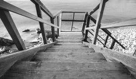 Perspektivsikt av trätrappa som ner går Royaltyfria Bilder