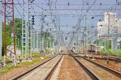 Perspektivsikt på tomma järnvägsspår för snabba drev och förorts- elektrisk infrastrukturutrustning för drev och, apparater Royaltyfri Foto