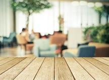 Perspektivträ över suddig restaurang med bokehbakgrund, Arkivfoto