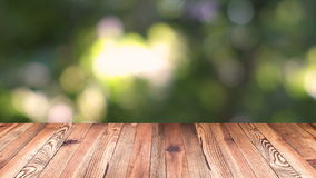 Perspektivträ och ljus bakgrund för bokeh produktskärmmall Wood tabellöverkant på suddighet som flyttar det naturliga gröna blade stock video