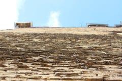 Perspektywa ceglana beż ściana między cegłami, z czego akty cementują moździerz przeciw niebu obrazy stock