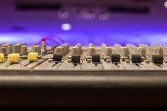 Perspektywa pro audio deski i purpur tło zdjęcia royalty free