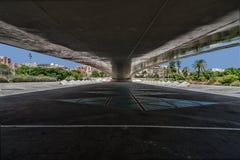 Perspektywa przestrzeń pod zwyczajnym mostem w Walencja Obrazy Stock