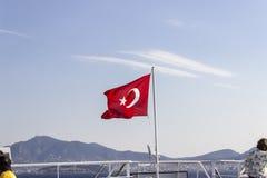 Perspektywa przodu strzał kolorowego falowania turecka flaga z błękitnym otwartego nieba tłem przy Izmir w Turcja Fotografia Stock
