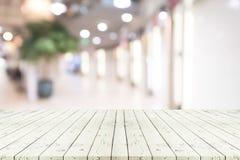 Perspektywa pusty biały drewniany stół nad zamazanym zakupy centrum handlowym Obraz Stock