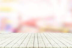 Perspektywa pusty biały drewniany stół nad zamazanym zakupy centrum handlowym Zdjęcia Stock