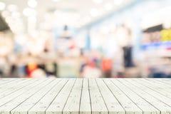 Perspektywa pusty biały drewniany stół nad zamazanym zakupy centrum handlowym Zdjęcia Royalty Free