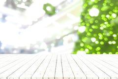 Perspektywa pusty biały drewniany stół w frontowym ofchristmas drzewie a zdjęcia royalty free