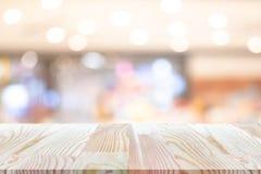 Perspektywa pusty drewniany stół na wierzchołku nad plamy tłem, może być używać egzaminem próbnym up dla montaży produktów pokazy obraz stock