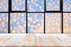 Perspektywa pusty drewniany stół na wierzchołku nad plamy tłem, może być używać egzaminem próbnym up dla montaży produktów pokazy fotografia stock