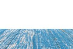 Perspektywa pusty stary błękitny drewniany stół z białym tłem wewnątrz fotografia stock