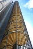 Perspektywa spod spodu outside schodków nowożytny biznesowy b Zdjęcia Royalty Free