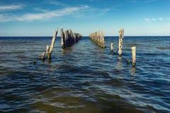 Perspektywa stary molo na horyzoncie w morzu bałtyckim Fotografia Royalty Free