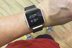 Perspektywicznego widoku osoby czytania zegarek z krokami i kierowy tropiciel podczas zdjęcia stock
