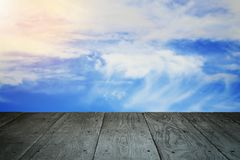 Perspektywicznej drewnianej balkonowej podłoga i chmurnego nieba rocznik projektujący Zdjęcia Royalty Free