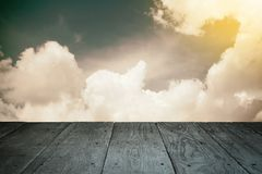 Perspektywicznej drewnianej balkonowej podłoga i chmurnego nieba rocznik projektujący Fotografia Stock