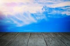 Perspektywicznej drewnianej balkonowej podłoga i chmurnego nieba rocznik projektujący Obrazy Stock
