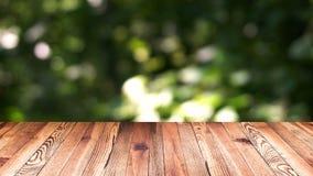 Perspektywiczny drewna i bokeh lekki tło produktu pokazu szablon Drewniany stołowy wierzchołek rusza się naturalnego zielonego li Obrazy Royalty Free